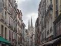 Straßenschlucht mit Kathedralentürmen