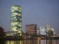 Westhafen Tower mit Skyline am Abend